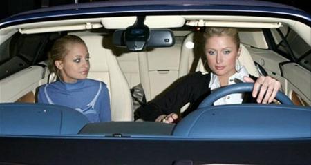 Paris y Nicole en auto